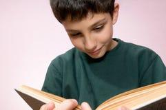 Menino da leitura com um livro Imagem de Stock