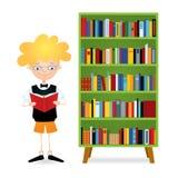 Menino da leitura perto da biblioteca Imagem de Stock