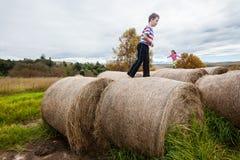 Menino da menina que joga pacotes da exploração agrícola Fotos de Stock