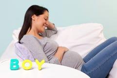 MENINO da mulher gravida nas letras fotografia de stock royalty free