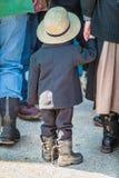 Menino de Amish que guarda a mão das mães imagens de stock royalty free