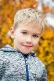 Menino de Autumn Portrait Toddler nas folhas fotos de stock