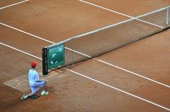 Menino de bola na ação durante um fósforo do tênis Fotografia de Stock