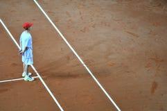Menino de bola na ação durante um fósforo do tênis Imagens de Stock Royalty Free