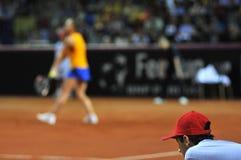 Menino de bola na ação durante um fósforo do tênis Imagens de Stock