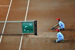 Menino de bola na ação durante um fósforo do tênis Fotos de Stock Royalty Free
