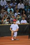 Menino de bola na ação durante um fósforo do tênis Foto de Stock