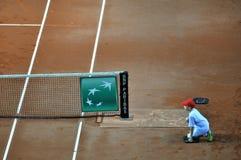 Menino de bola na ação durante um fósforo do tênis Imagem de Stock Royalty Free