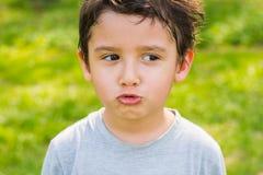 Menino de cabelo escuro em uma floresta Foto de Stock Royalty Free