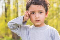 Menino de cabelo escuro em uma floresta Fotografia de Stock