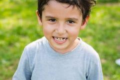Menino de cabelo escuro em uma floresta Imagem de Stock Royalty Free