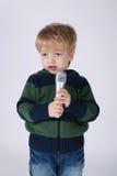 Menino de canto pequeno com mic Fotografia de Stock Royalty Free