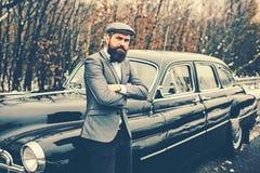 Menino de chamada no automóvel do vintage Homem ou agente de segurança da escolta E bearded imagens de stock