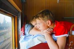 Menino de dois jovens em um trem Foto de Stock