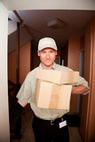 Menino de entrega em sua porta fotos de stock royalty free