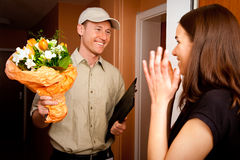 Menino de entrega que cede flores Imagem de Stock