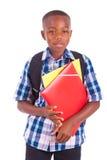 Menino de escola afro-americano, guardarando dobradores - pessoas negras Foto de Stock