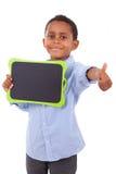 Menino de escola afro-americano que guardara uma placa preta vazia - preto Fotos de Stock