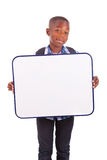 Menino de escola afro-americano que guardara uma placa vazia - pessoas negras Fotografia de Stock