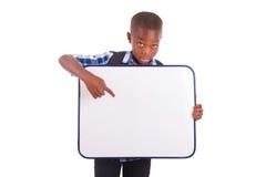Menino de escola afro-americano que guardara uma placa vazia - pessoas negras Imagem de Stock