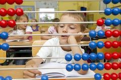 Menino de escola em uma lição da matemática. Fotos de Stock