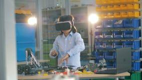 Menino de escola em vidros de VR, fim acima vídeos de arquivo