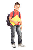 Menino de escola feliz com os livros da terra arrendada da trouxa Foto de Stock