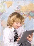 Menino de escola que trabalha em uma tabuleta do PC Imagens de Stock Royalty Free