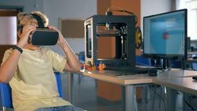 Menino de escola que usa os auriculares da realidade virtual que exploram a realidade 3D virtual no laboratório de ciência