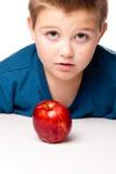 Menino de Oung que decide comer uma maçã Fotografia de Stock