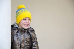 Menino de quatro anos que veste um chapéu morno Imagens de Stock