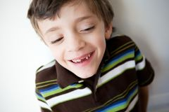 Menino de riso que mostra dente anterior faltante Foto de Stock Royalty Free