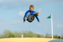 Menino de salto Fotos de Stock Royalty Free