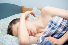 Menino de sono imagens de stock