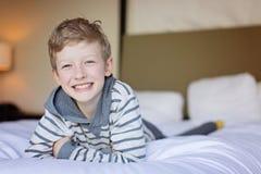Menino de sorriso alegre foto de stock