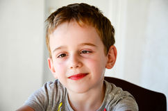Menino de sorriso bonito fotos de stock