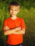 Menino de sorriso bonito exterior no por do sol Fotografia de Stock
