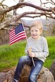 Menino de sorriso com bandeira americana Foto de Stock Royalty Free
