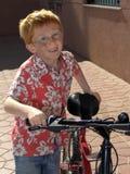 Menino de sorriso com bicicleta fotos de stock royalty free