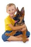 Menino de sorriso com cão Fotos de Stock Royalty Free