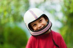 Menino de sorriso com capacete fotografia de stock