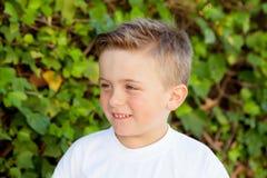 Menino de sorriso com olhos azuis aproximadamente 5 anos Imagem de Stock Royalty Free