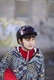 Menino de sorriso com skate Imagem de Stock Royalty Free