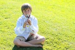 Menino de sorriso com uma flauta Imagens de Stock Royalty Free