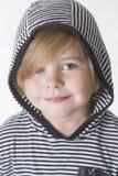 Menino de sorriso em uma capa Fotografia de Stock Royalty Free