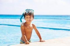 Menino de sorriso feliz com máscara do tubo de respiração em sua cabeça Fotografia de Stock
