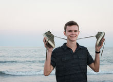 Menino de sorriso feliz com os pés descalços na praia Foto de Stock Royalty Free