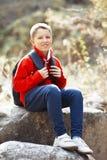 Menino de sorriso feliz do caminhante com trouxa Fotografia de Stock