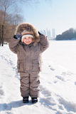 Menino de sorriso feliz na roupa do inverno Imagem de Stock