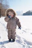 Menino de sorriso feliz na roupa do inverno Fotografia de Stock Royalty Free